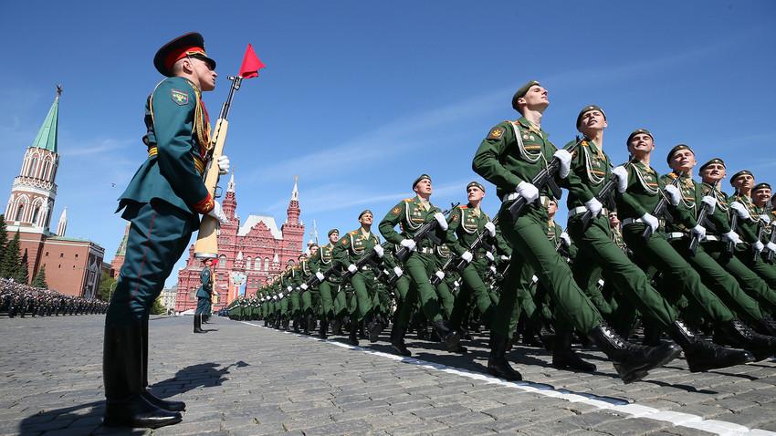 Militares rusos marchan en la Plaza Roja durante el desfile militar del Día de la Victoria en Moscú