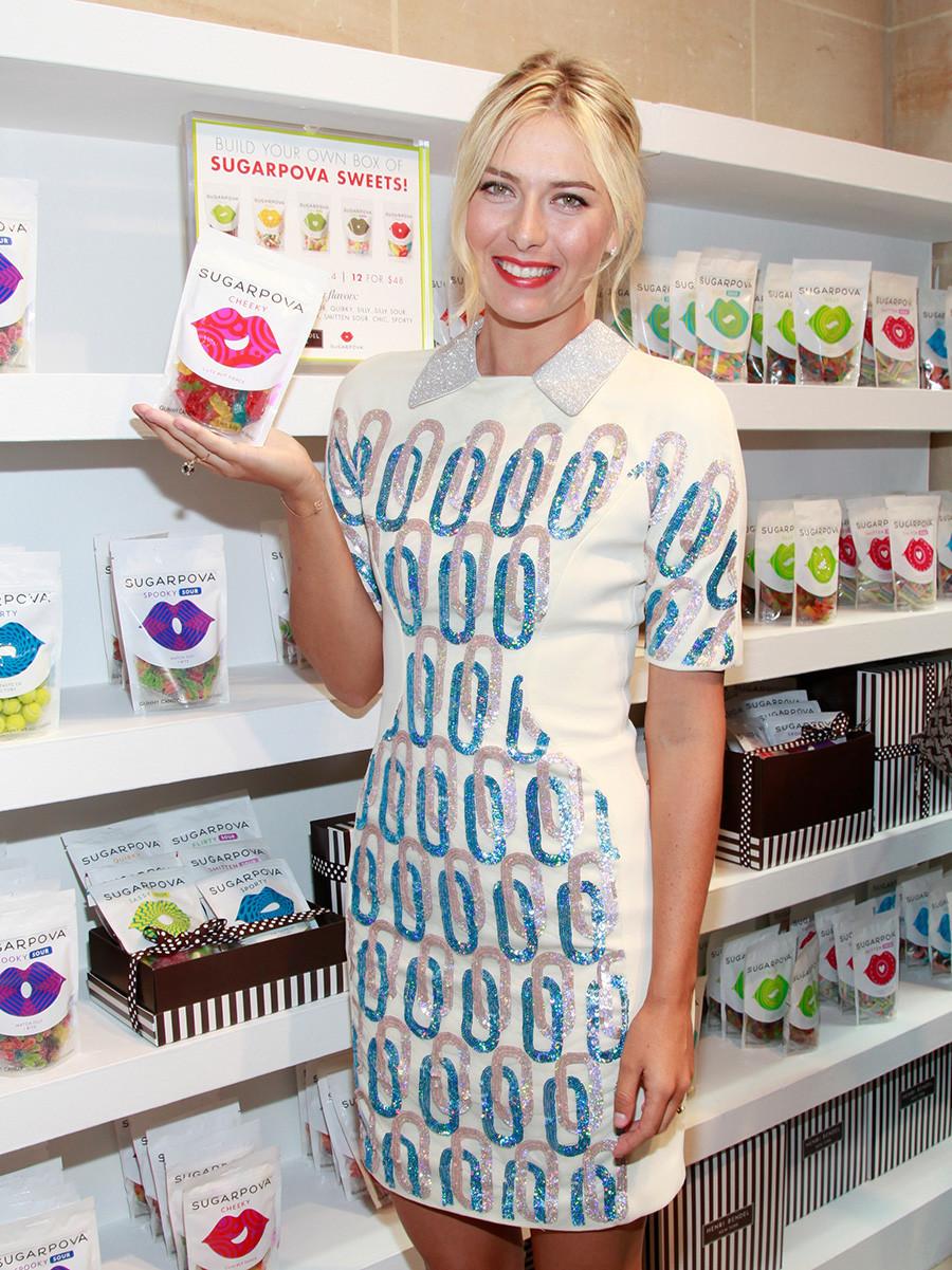 """Тенисерката Марија Шарапова на церемонијата на отворањето на брендот """"Sugarpova"""" во продавницата Хенри Бендел на 20 август 2012 година во Њујорк."""