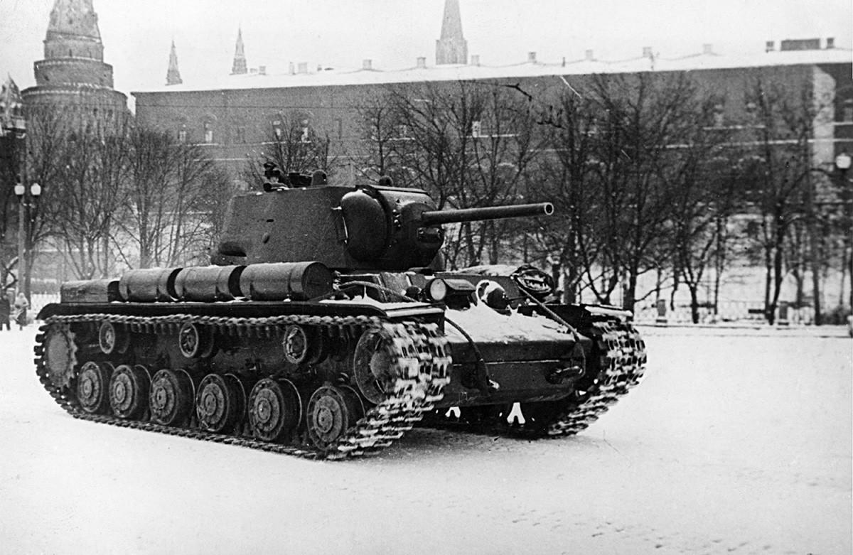 Советски тенк КВ-1 кој е оштетен во борба по поправката минува на парада пред московскиот Кремљ за потоа да се врати на фронтот. Втора светска војна, СССР.