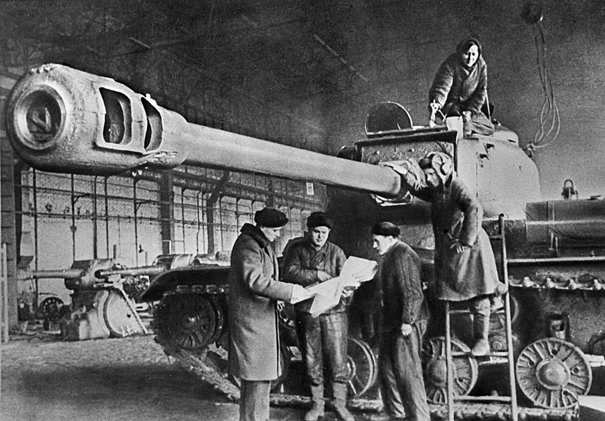 """Тешкиот тенк """"Јосиф Сталин"""" (ИС-2) во фабрика, 1943 година"""