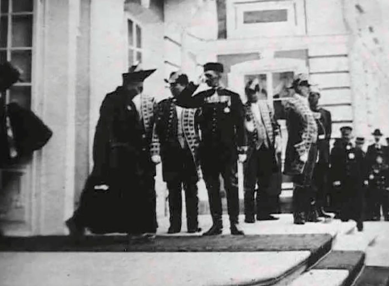Agvan Dorzhiev saliendo del Gran Palacio de Peterhof después de su audiencia con el zar, 1901