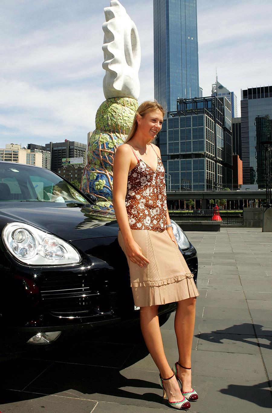Maria Sharapova berpose seusai menyumbangkan uang senilai Porsche yang dimenangkannya pada Kejuaraan Tur WTA 2004 untuk amal selama berlangsungnya turnamen Australia Terbuka di Melbourne Park.