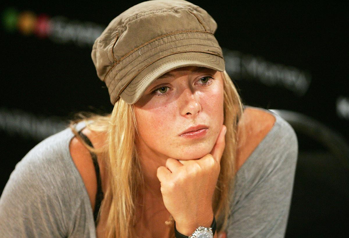 Sharapova saat mengikuti konferensi pers setelah kekalahannya dalam pertandingan terakhir melawan Serena Williams pada 2007.