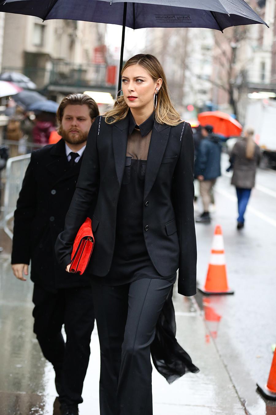 Maria Sharapova terlihat di luar pertunjukan Vera Wang pada acara New York Fashion Week pada 11 Februari 2020 di New York.