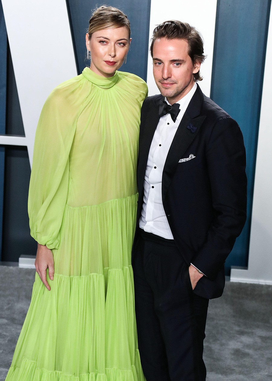 Maria Sharapova dan Alexander Gilkes tiba di Pesta Oscar ' Vanity Fair' 2020.