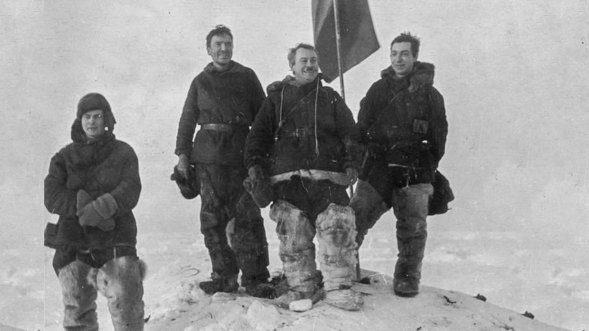 水生生物学者・海洋学者のピョートル・シルショフ、無線技士のエルンスト・クレンケリ、イワン・パパーニン隊長、気象学者・地球物理学者のエヴゲーニー・フョードロフ