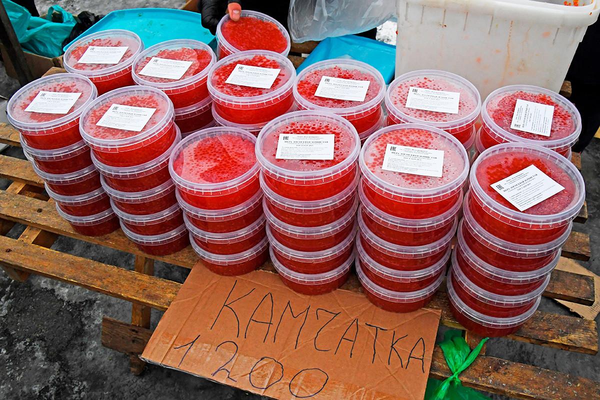 Продажа красной икры на продовольственной ярмарке на центральной площади Владивостока