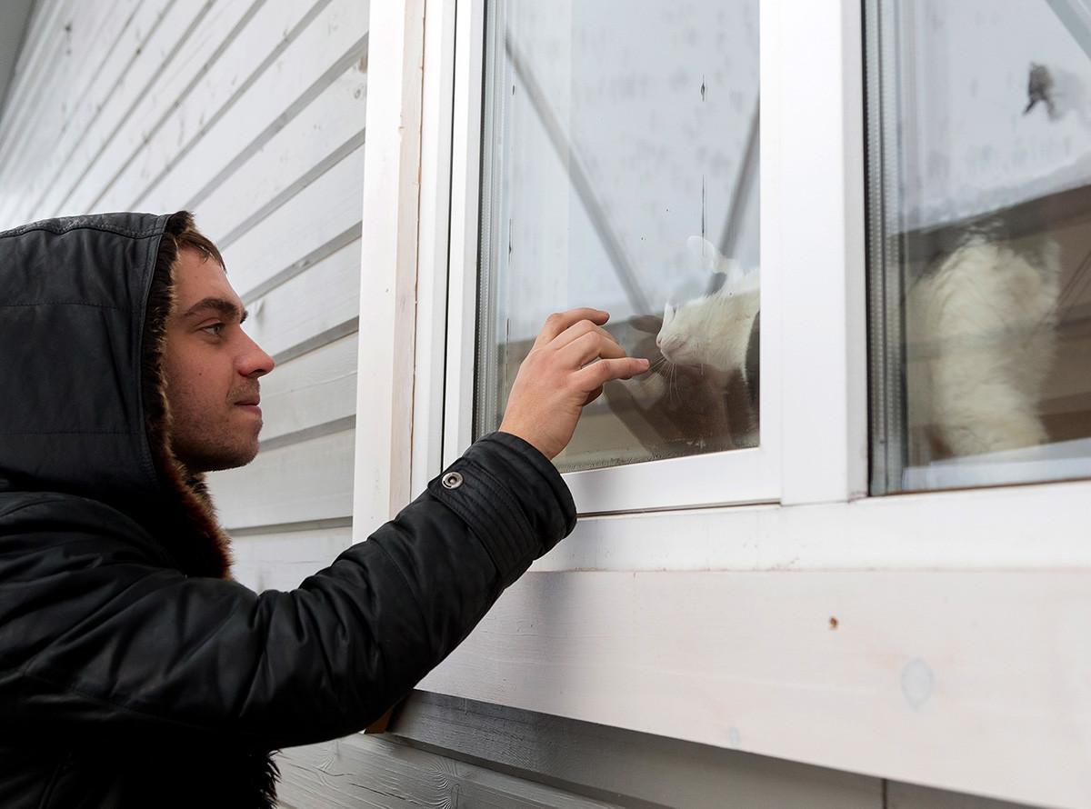 Vitaly, istrinya — Regina, dan kucing mereka — Zack, telah tinggal di rumah ini selama 13 minggu.