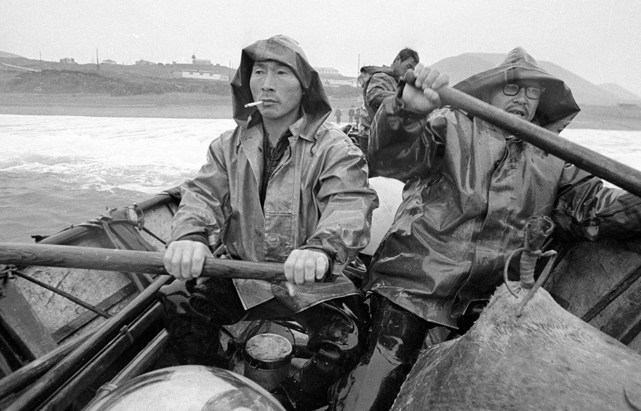 Eskimi se vraćaju s lova na morževe.