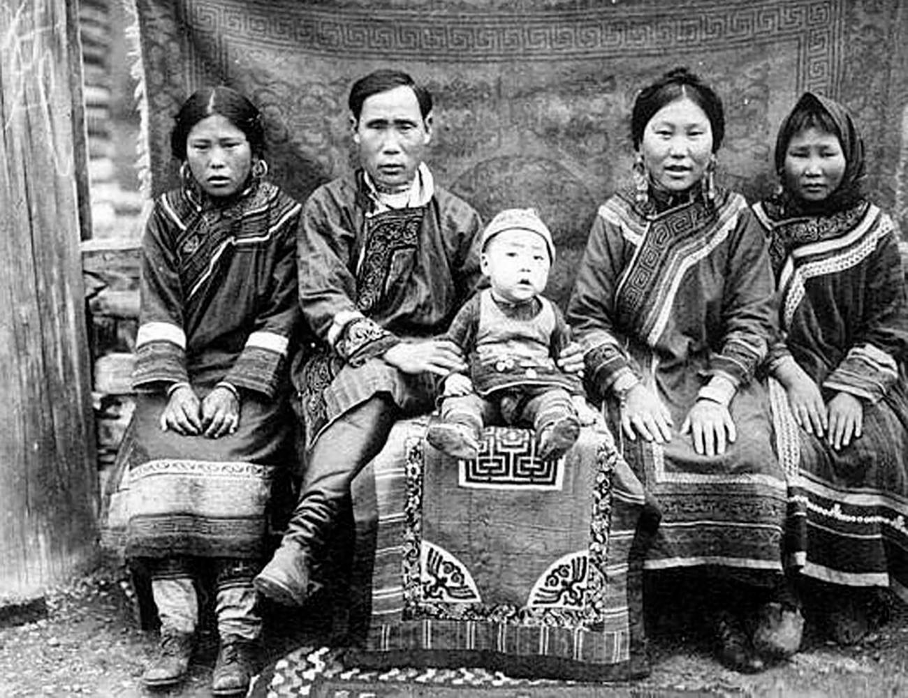 Goldska (nanajska) obitelj u narodnoj nošnji. Bazen rijeke Amur, Rusija.