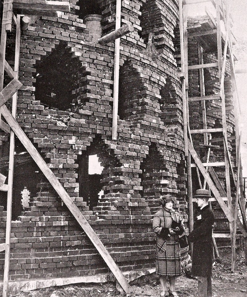 Charpente de l'édifice en cours de construction. (près de la maison se trouvent Melnikov et sa femme Anna). 1927-1929