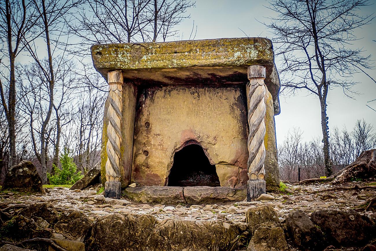 Dolmen dans une forêt près de la ville de Guelendjik (région de Krasnodar)