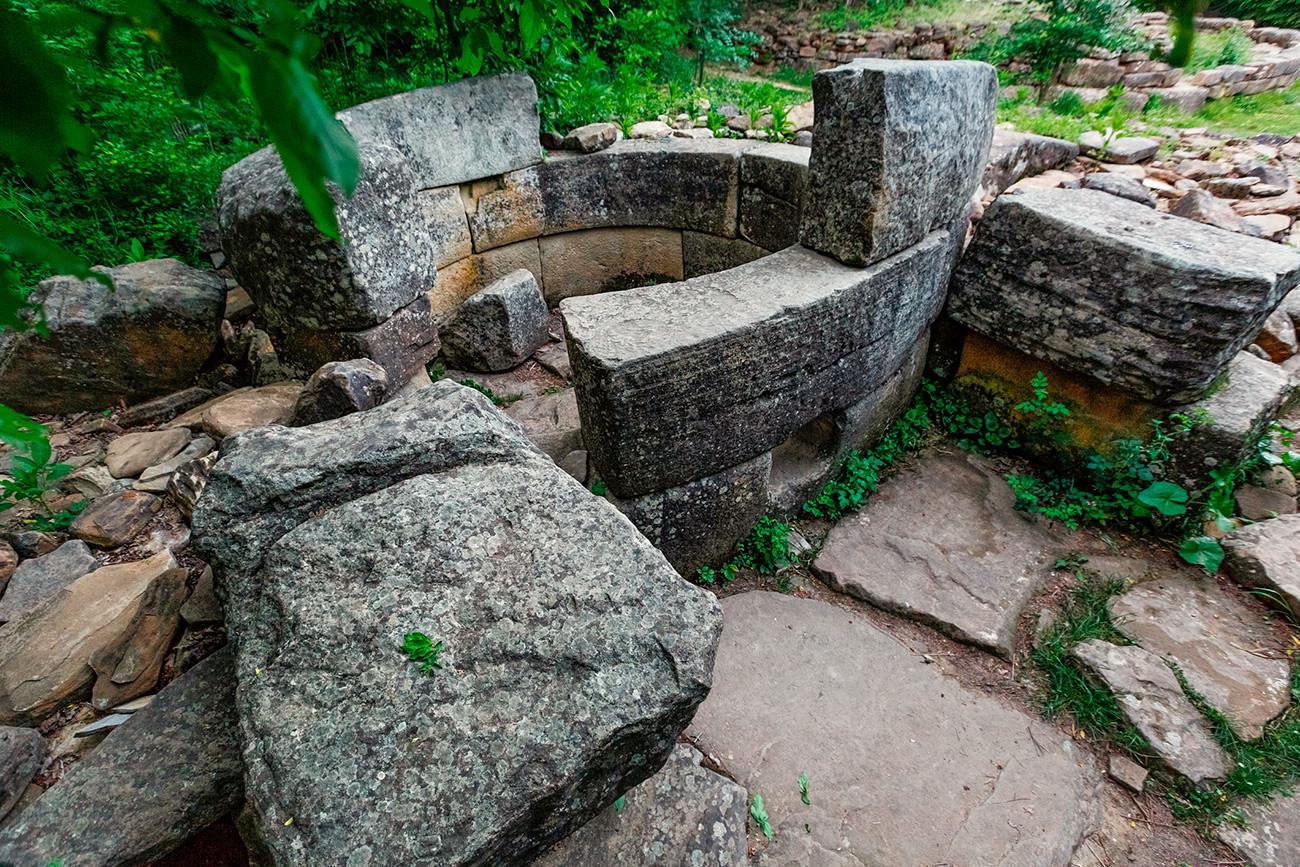 Dolmen circulaire composé, dans la vallée de la rivière Janié, au sud-est de la ville de Guelendjik (région de Krasnodar)