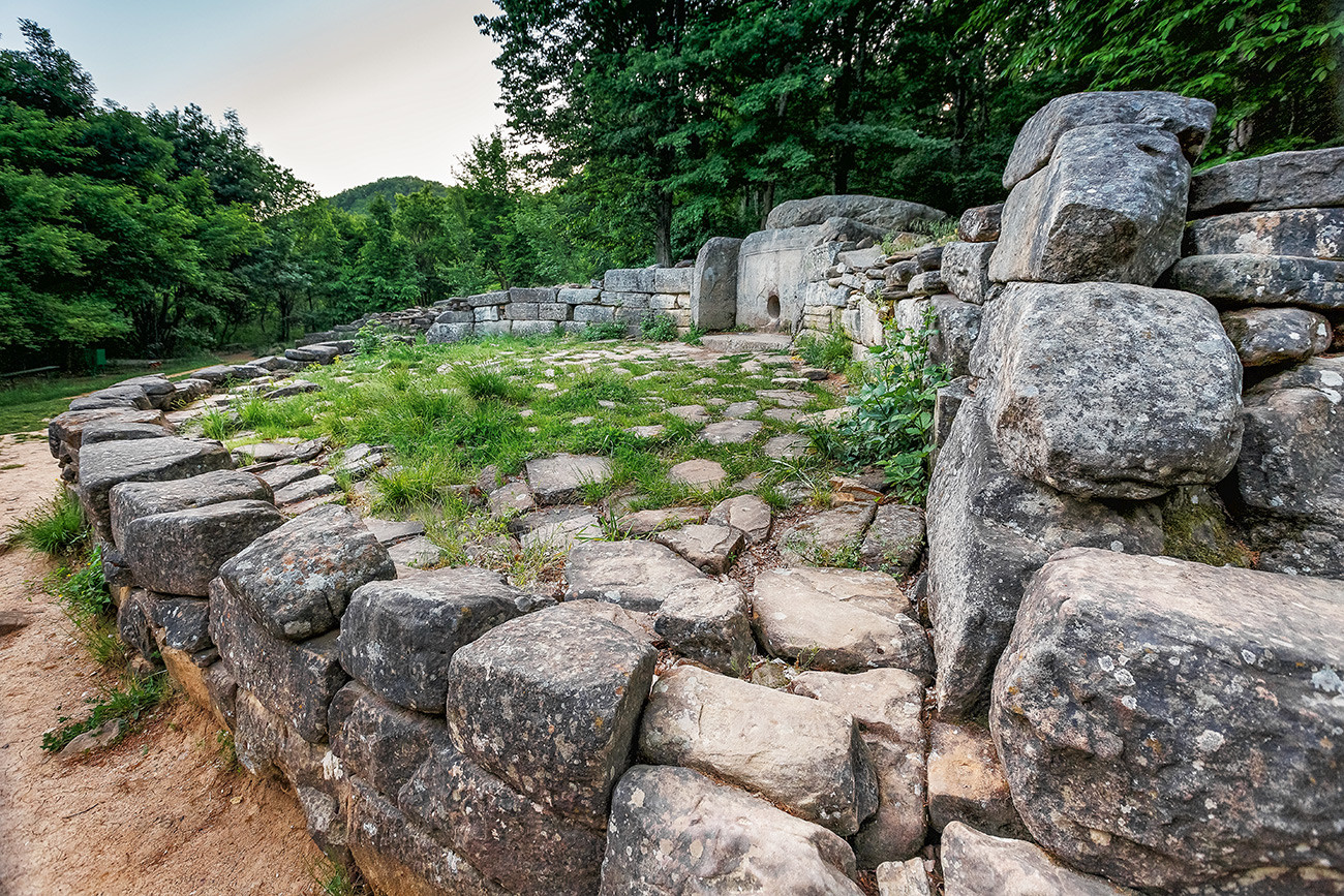 Dolmen antigo no vale do rio Jané que data entre os séculos 7 a 15. Sudeste de Guelendjik.