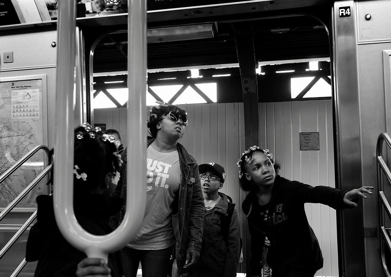 Madre con sus hijos en el metro