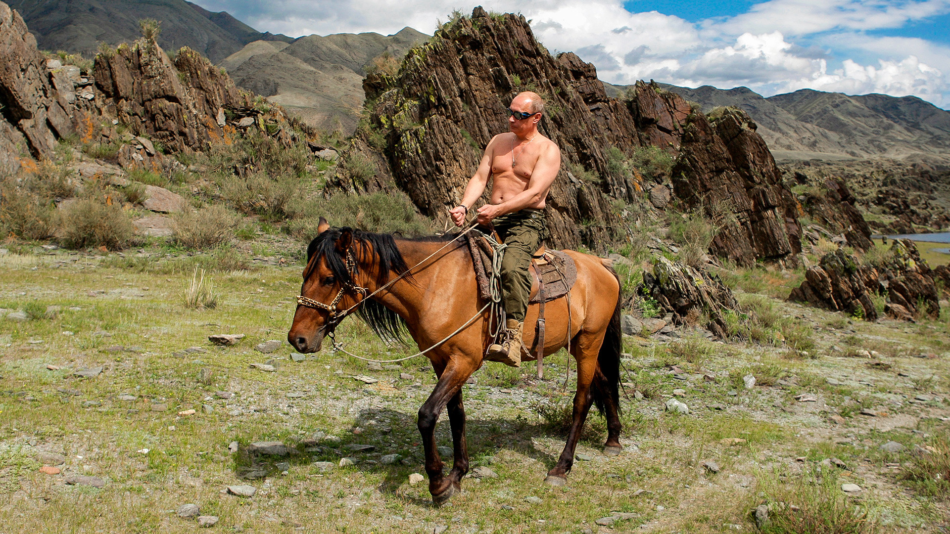 トゥヴァ共和国で馬に乗っているプーチン大統領