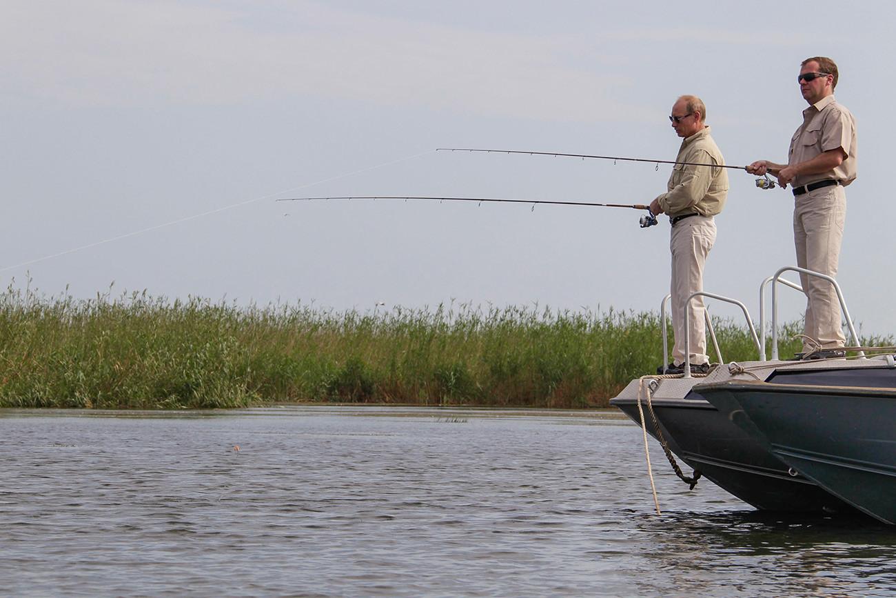 ヴォルガで釣りをしているドミトリー・メドベージェフ大統領とプーチン首相、2011年8月16日