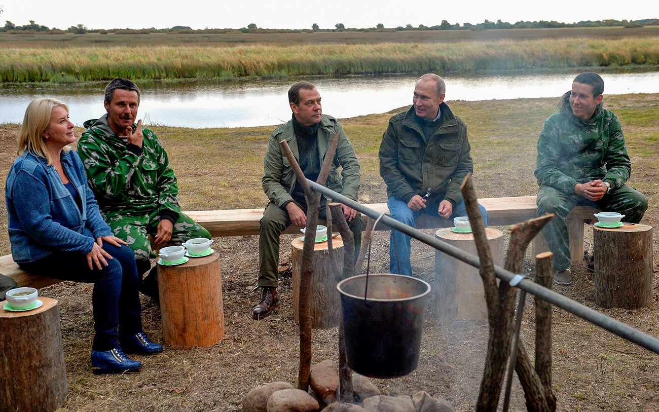 Владимир Путин и тадашњи председник владе Русије Дмитриј Медведев са рибарима