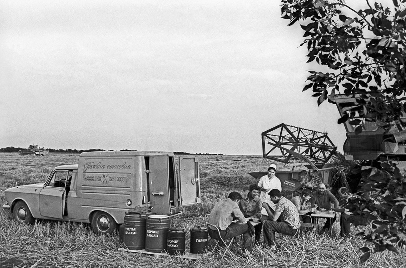 Field kitchen at the Yanuzhevsky sovkhoz, Stavropol Territory, 1977.
