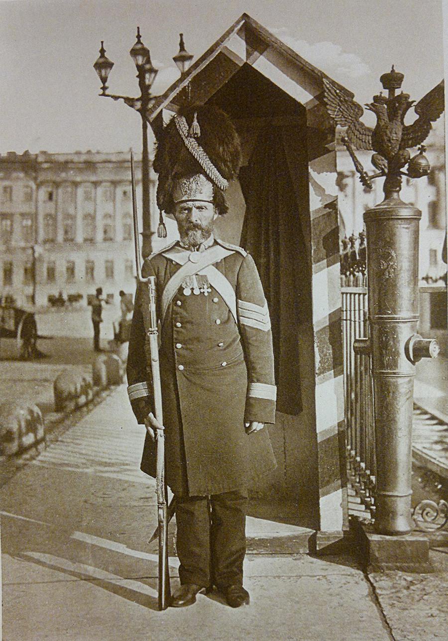 Un granadero de palacio, de servicio cerca del Palacio de Invierno en San Petersburgo