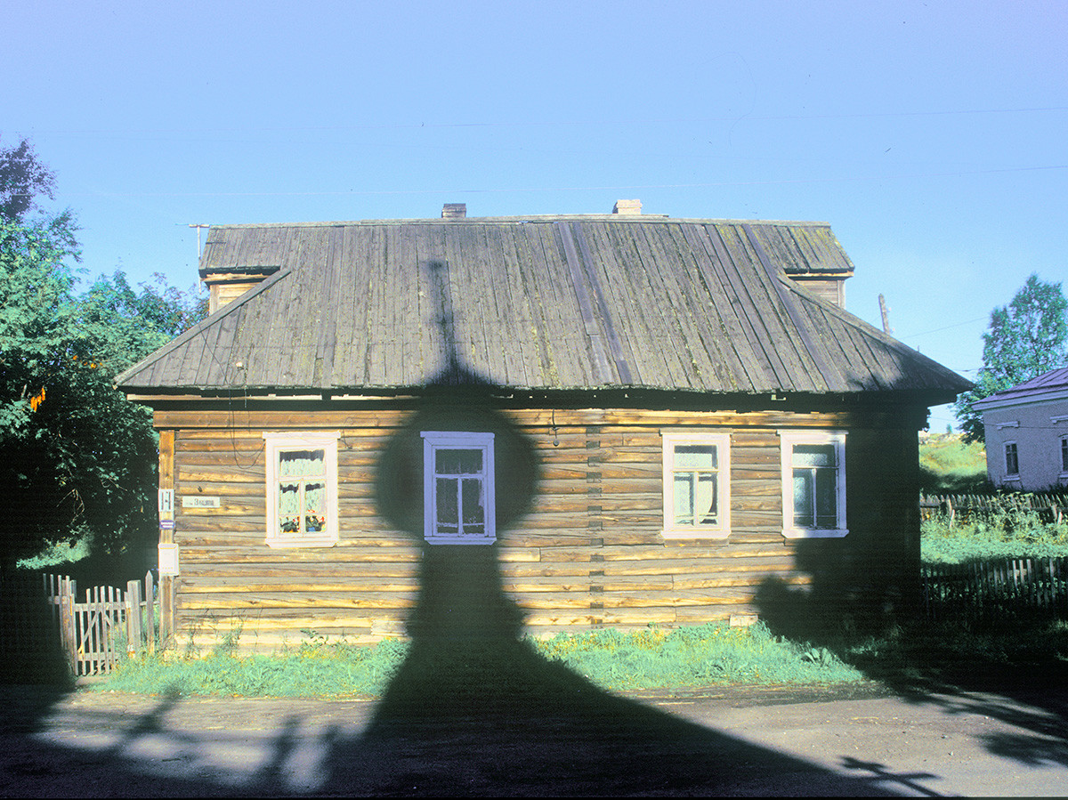 Log house (Vitsup Street 14) with shadow of Dormition Cathedral cupola. July 25, 2001