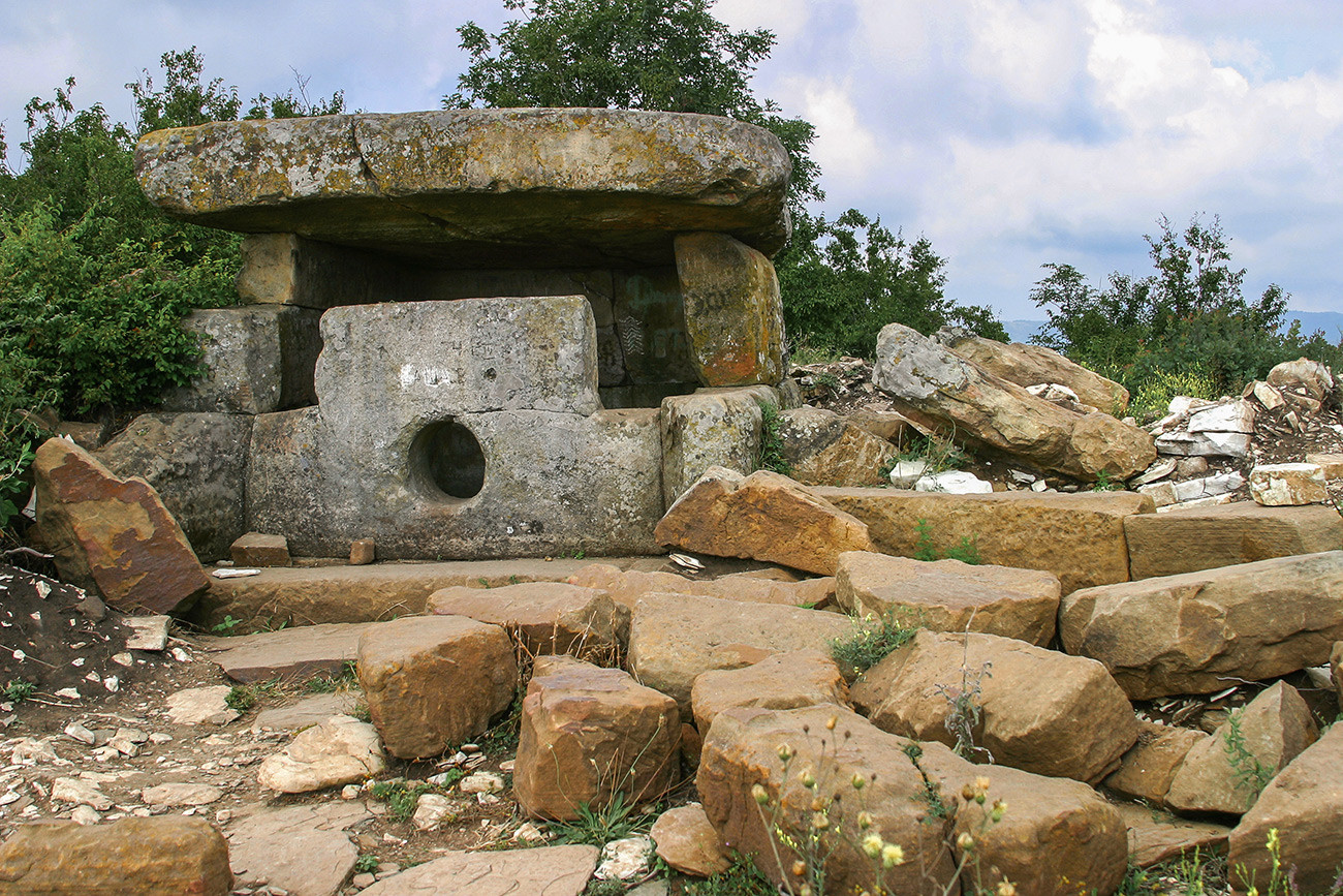 Dolmen kuno di lembah Sungai Zhane, Distrik Gelendzhik, Krasnodarsky krai, Rusia.