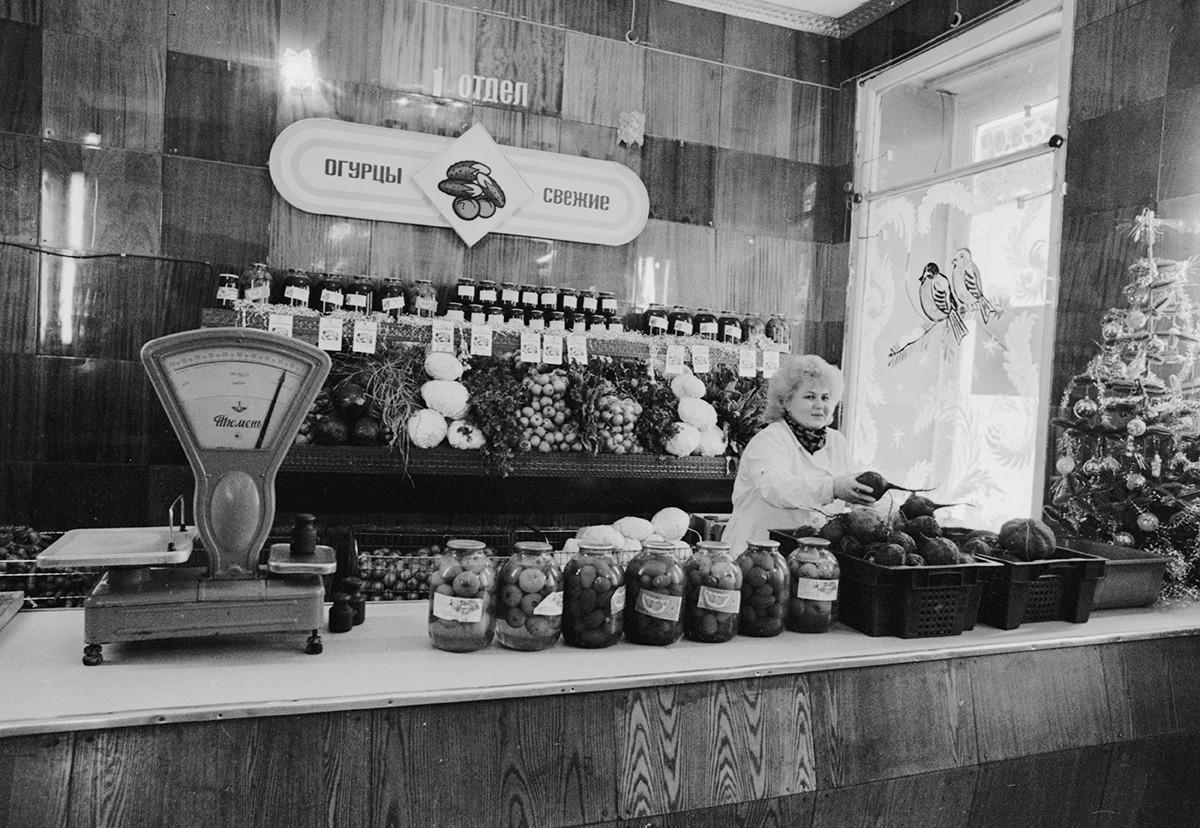 Prodajalka Olga Asanova med delom v centralni prodajalni državne kmetijske organizacije (sovhoza) Verhnemullinskij v Permu. 3. januar 1989