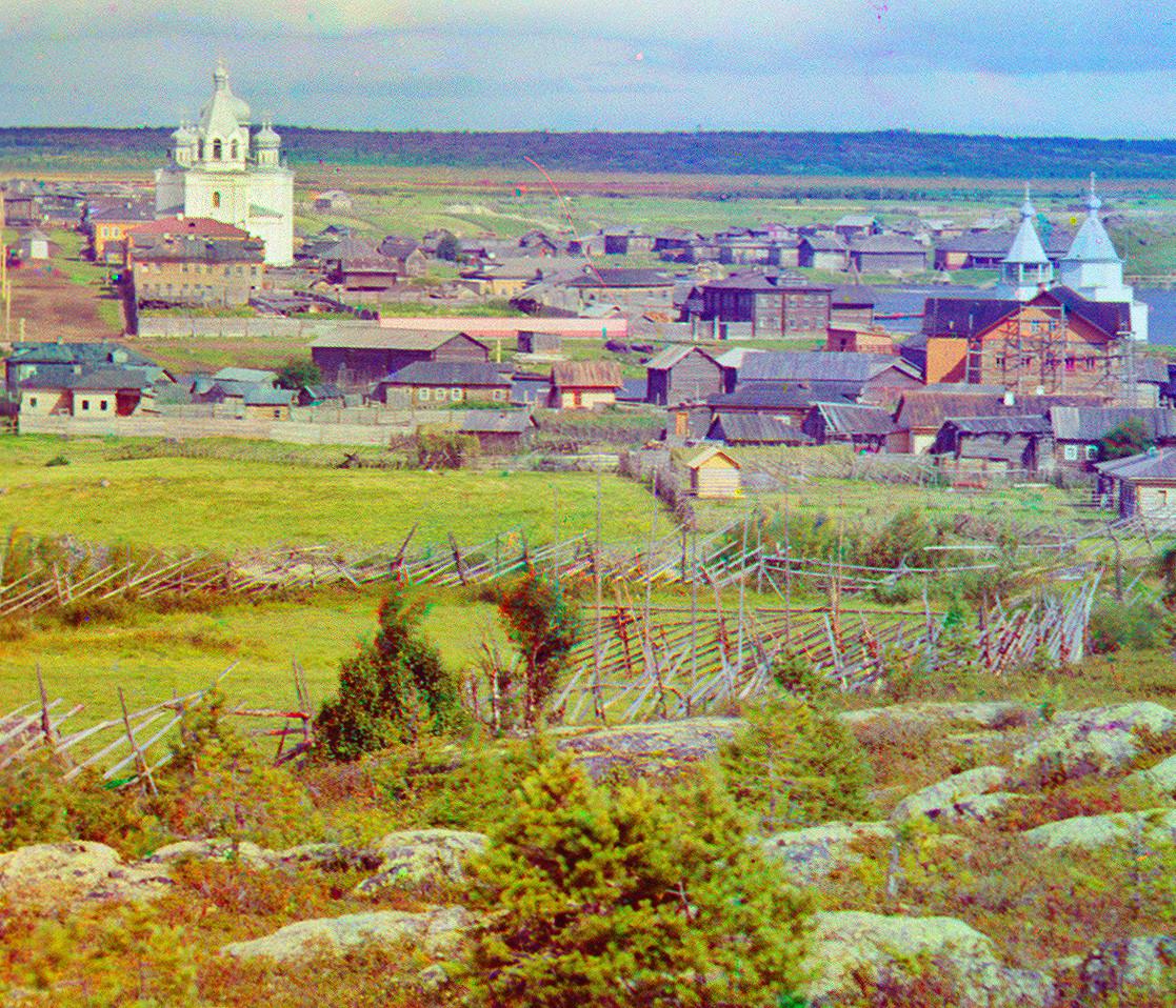 Kem. Pogled severovzhodno od Sekirne gore. Center: Uspenska katedrala. Desno: lesena cerkev sv. Zosima in Savvatija (uničeno). Poletje 1916