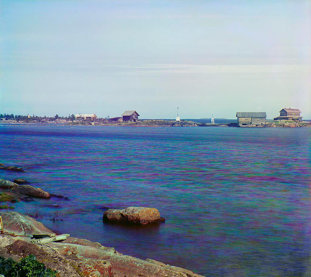 Pogled na Kemski zaliv in Popov otok, s skladišči Soloveškega samostana. Poletje 1916