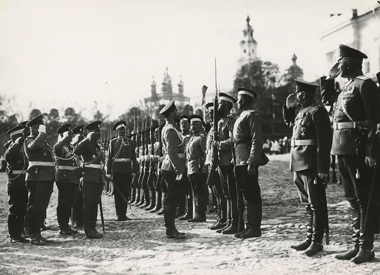 Цар Николај II Романов на смотри војника.