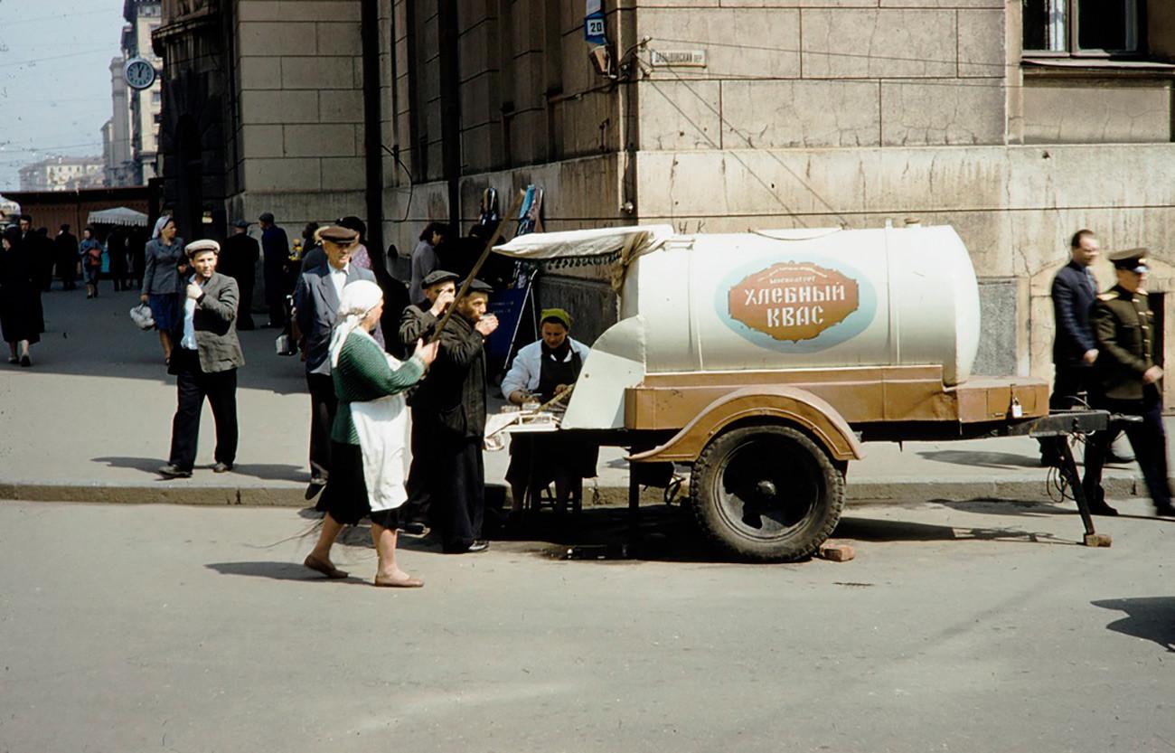 Kvas su ruote in una via di Mosca, anni Sessanta