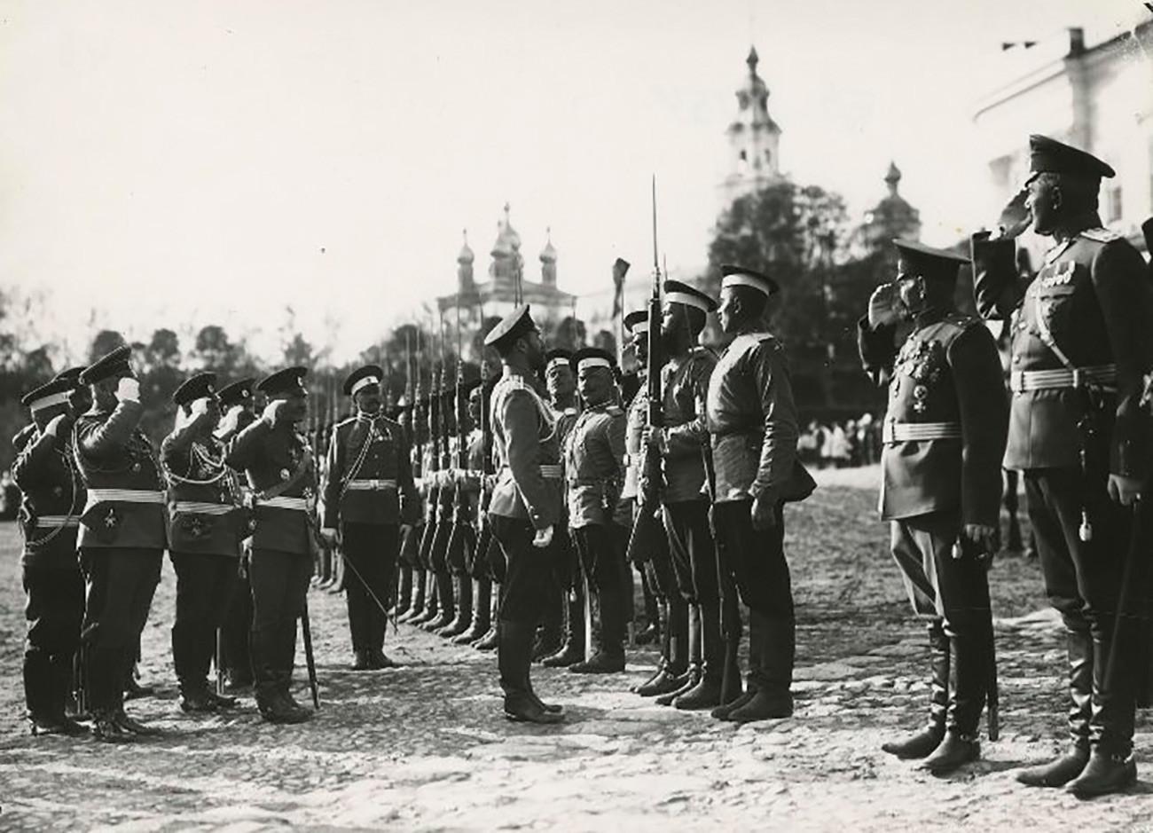 Car Nikolaj II. Romanov na smotri vojnika.