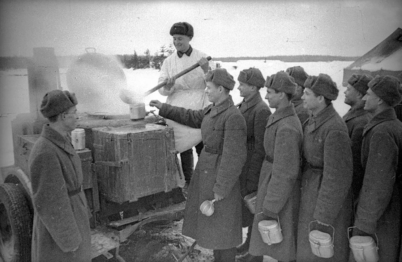 Военен готвач готви риба, 1941 г.