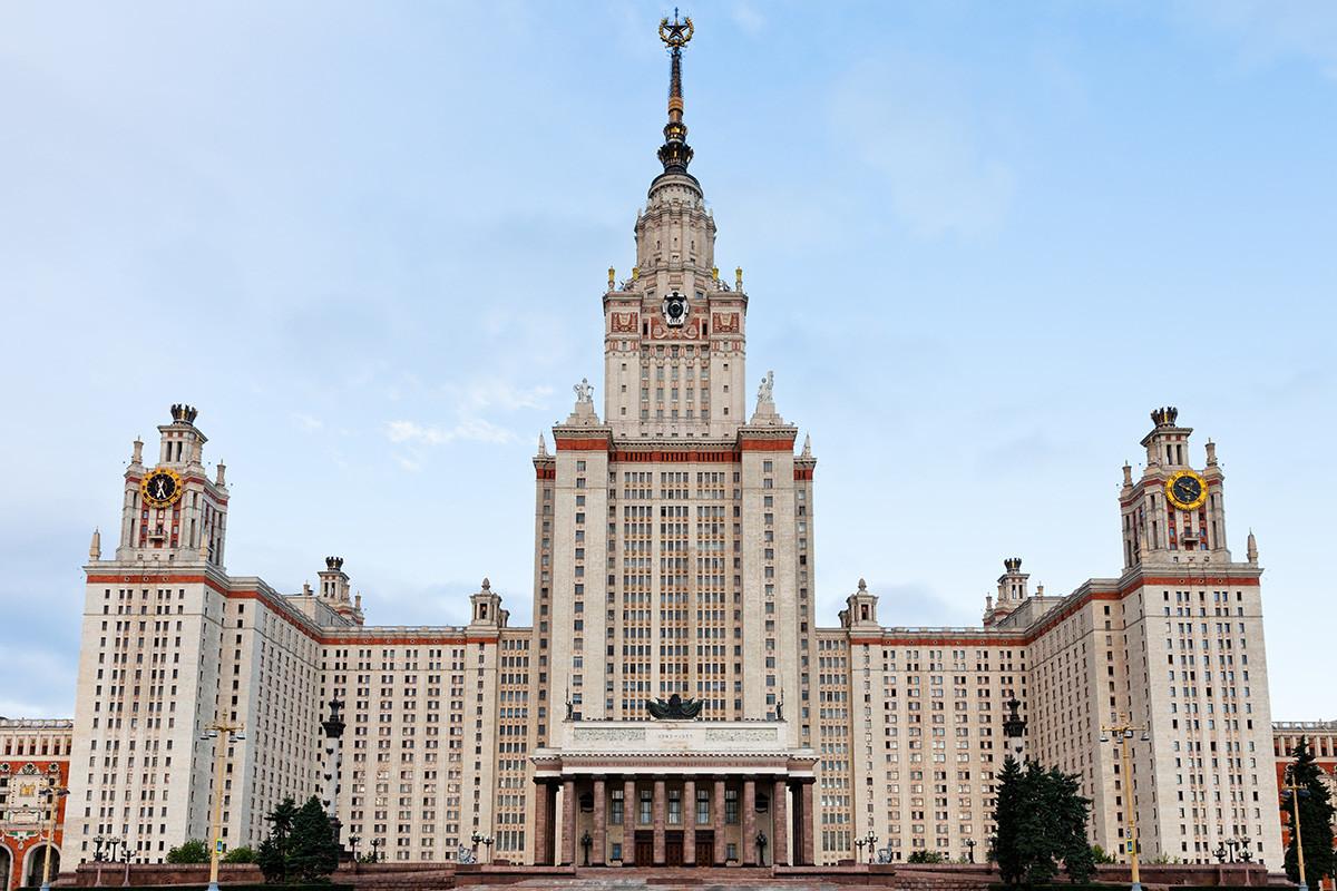 雀が丘にあるモスクワ国立大学の本館