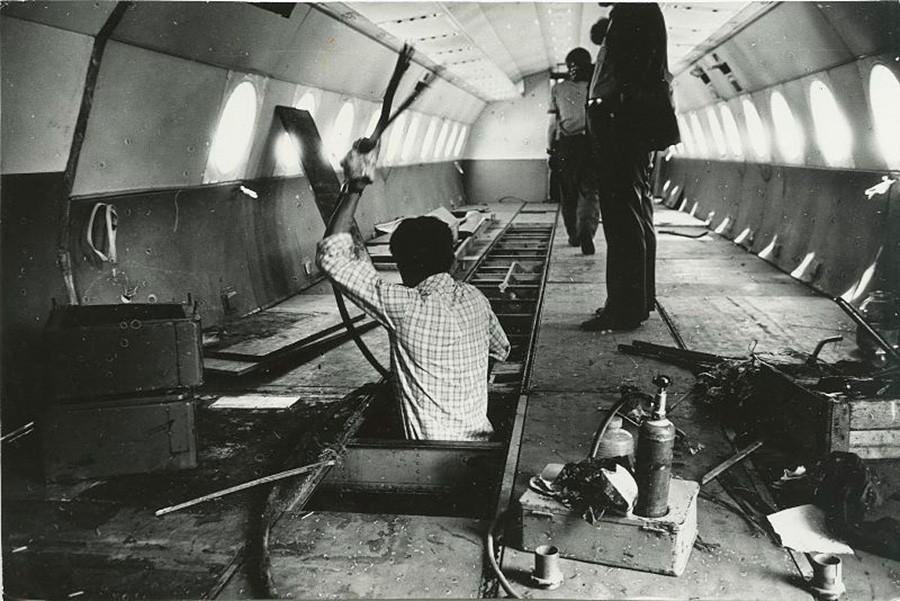 Turning the aircraft into a cinema, Novokuznetsk, 1981.