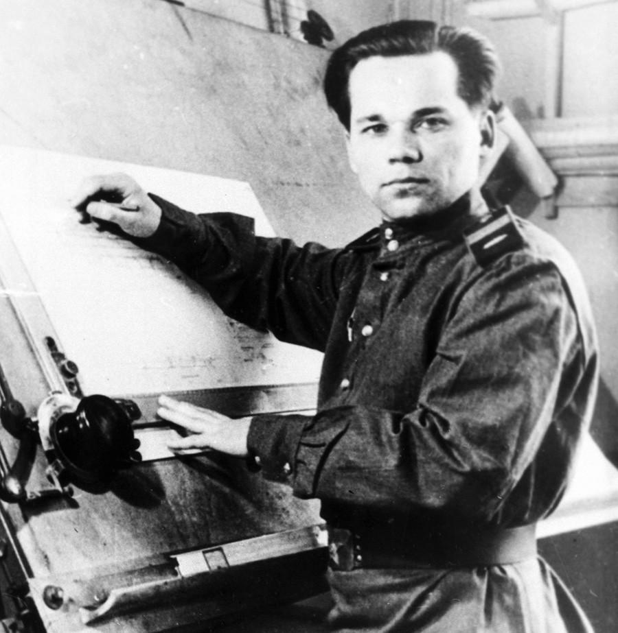 Sersan Senior Mikhail Kalashnikov saat sedang mengerjakan proyek senapan serbu AK-47.