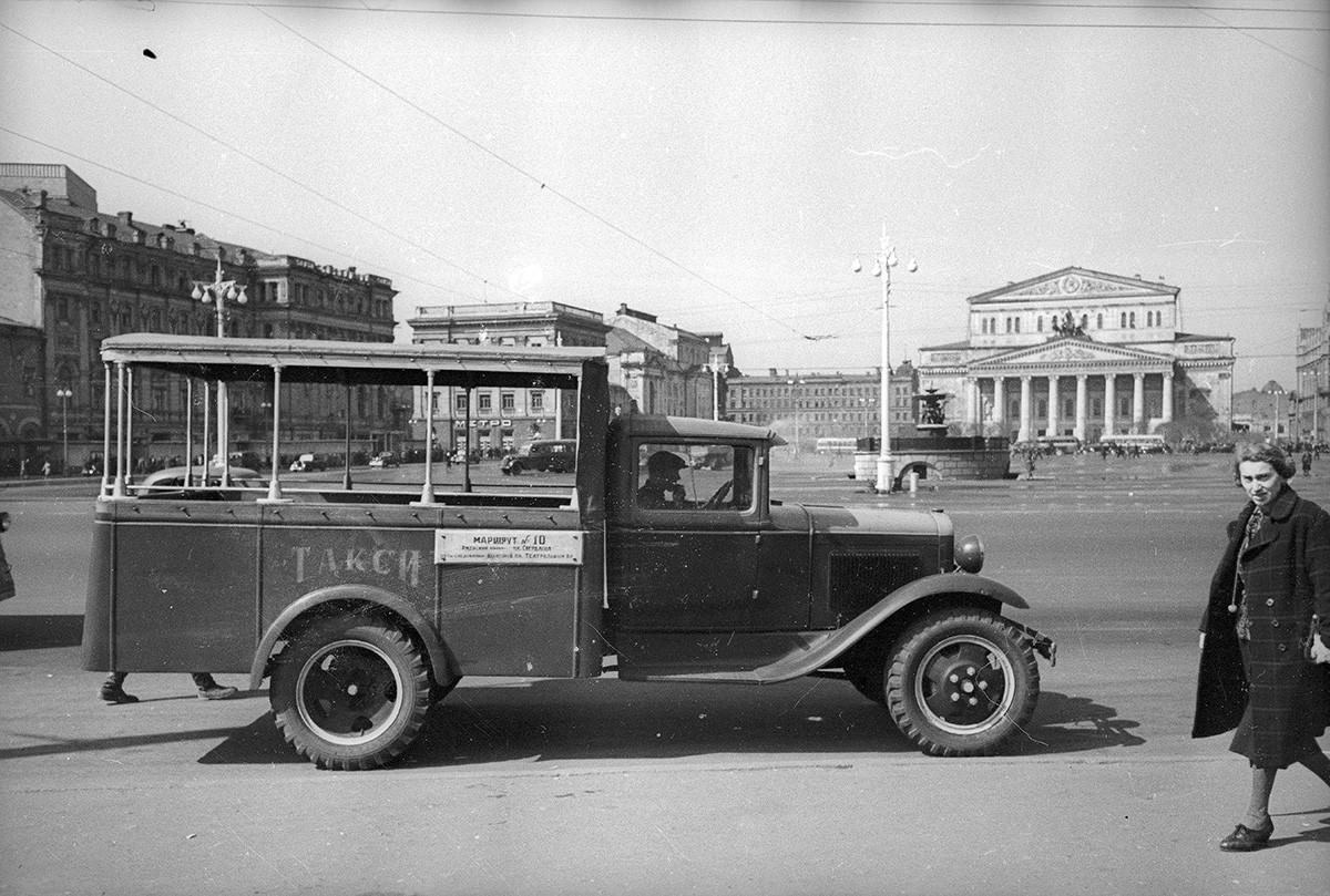 スヴェルドロフ広場(現チアトラーリナヤ広場)のタクシー、モスクワ、1935年
