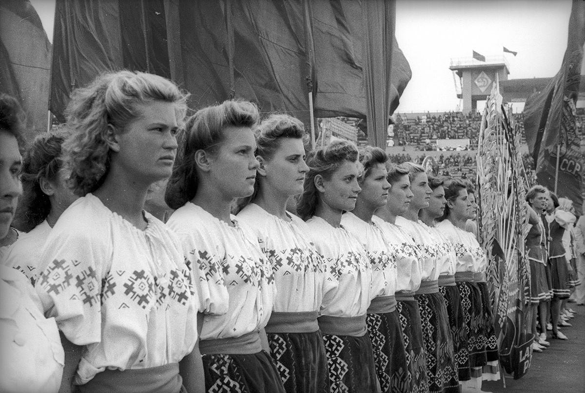 スタジアム「ディナモ」でのスポーツ選手による行進、モスクワ、1947年