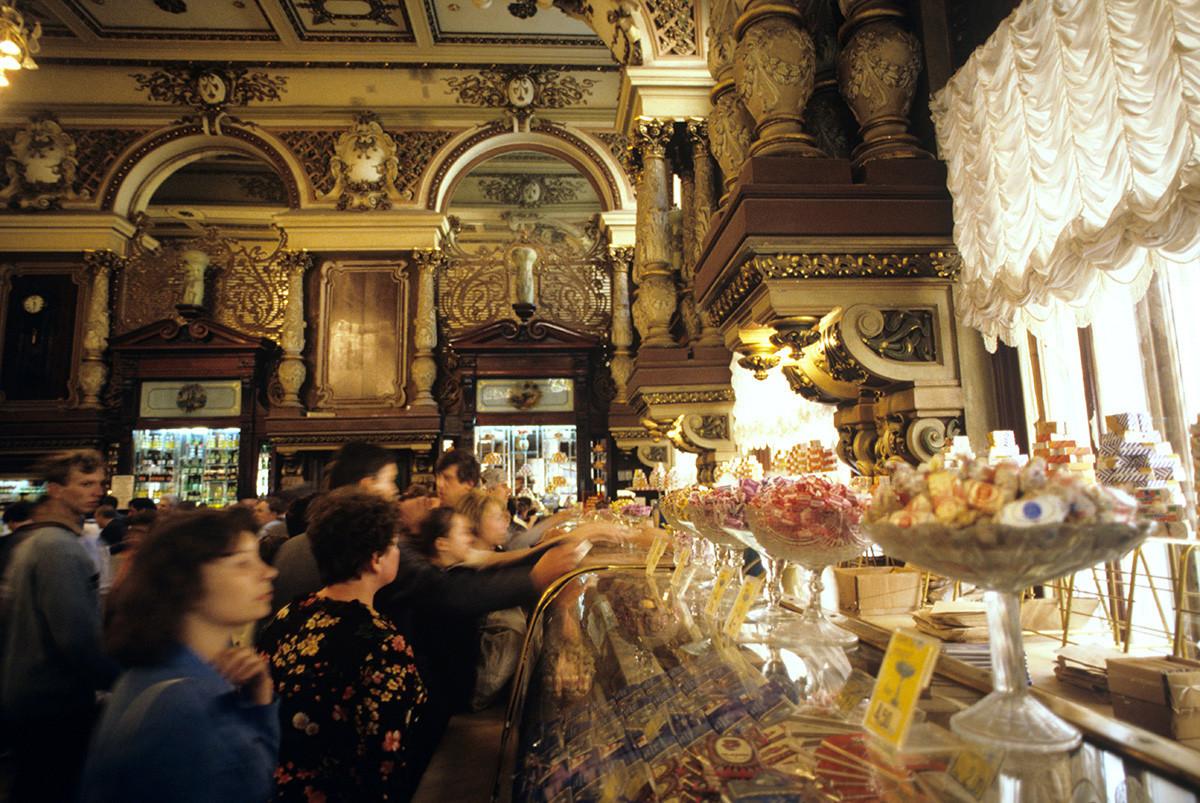 El departamento de confitería de la tienda Yeliseevsky de Moscú, 1987