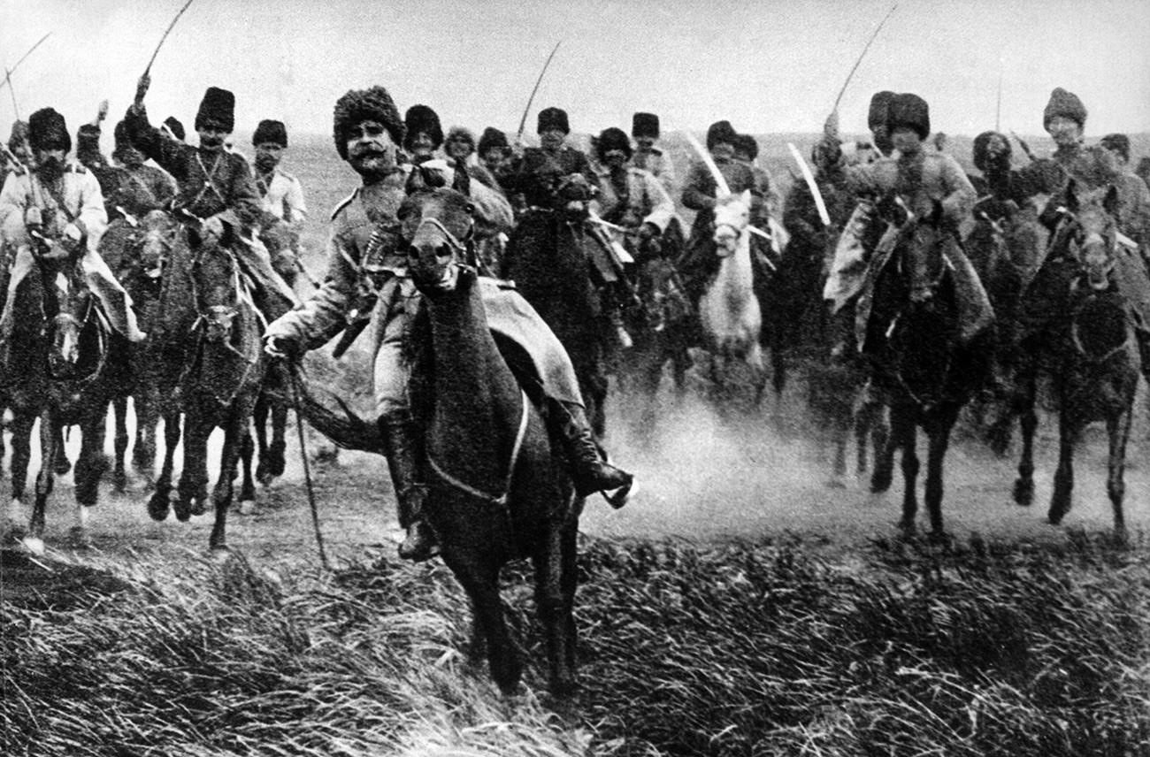 Des cosaques chargent à cheval sur le front de l'Est. Russie, 1915