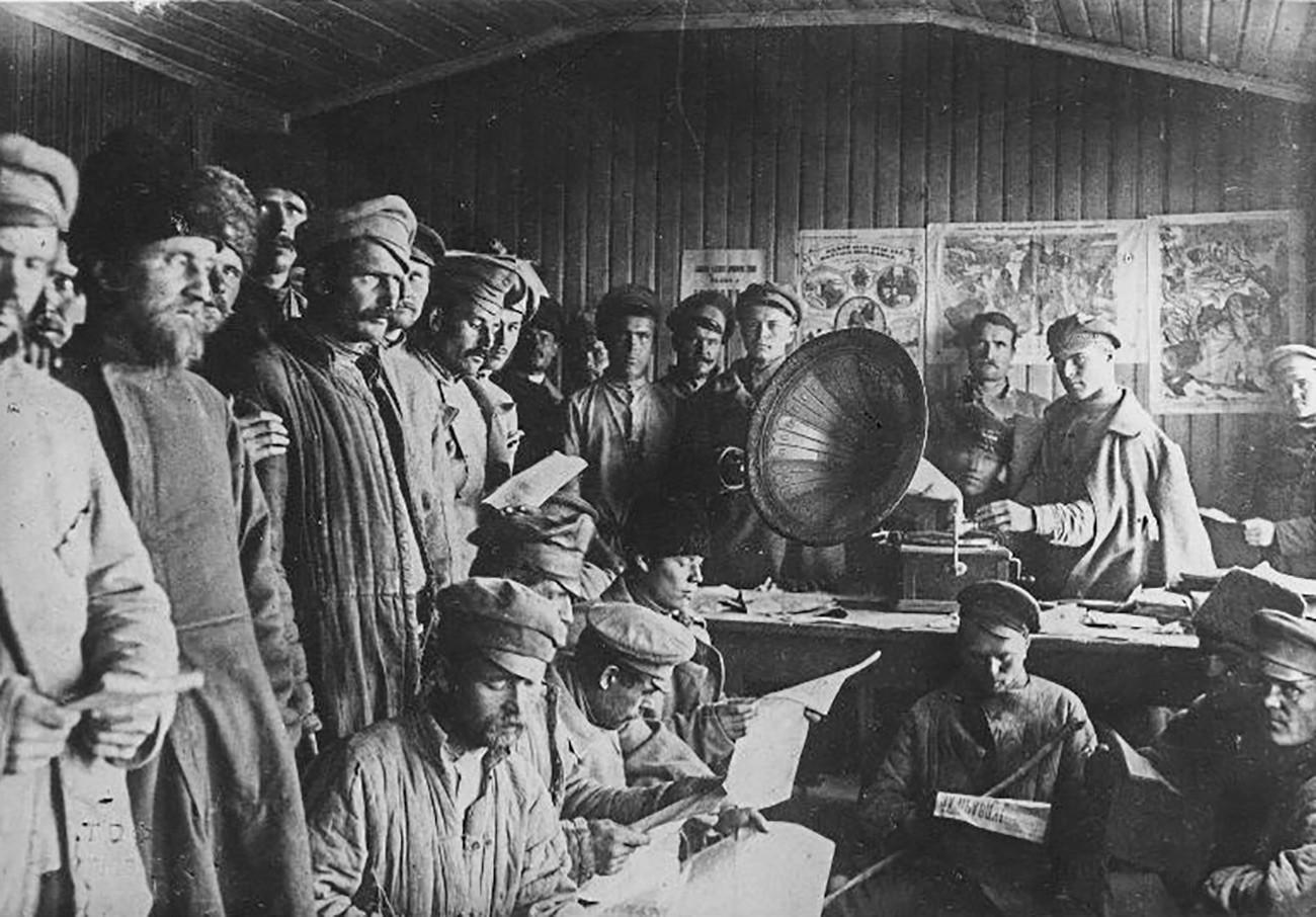 Distribution de littérature aux prisonniers cosaques dans une permanence de propagande