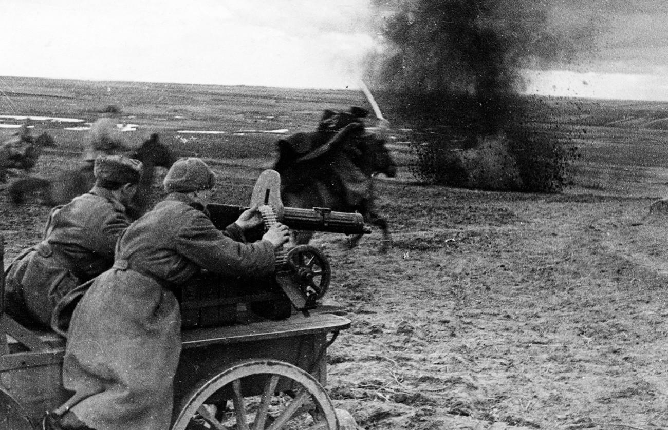 Un affût de mitrailleuse assistant une charge de cavalerie de l'Armée rouge, mai 1944