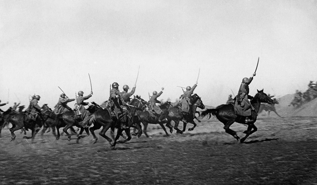 Seconde Guerre mondiale, une charge d'une unité de cavalerie cosaque, poussant l'ennemi vers l'ouest, avril 1942