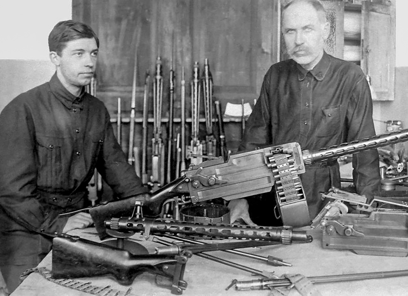 Fiodor Tokarev et son fils avec la mitrailleuse Maxim-Tokarev modèle 1925