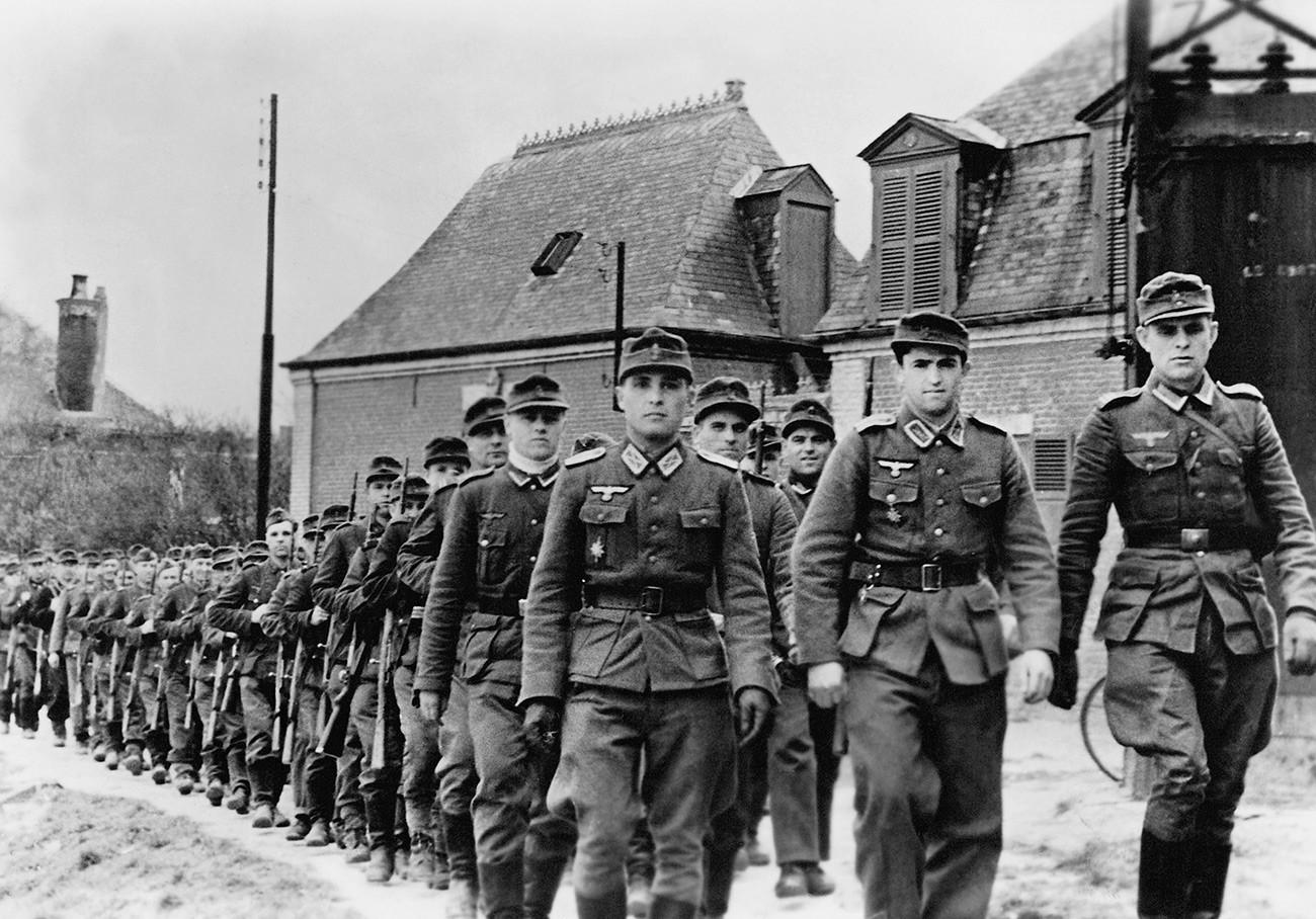 Des Cosaques, volontaires pour servir dans la Wehrmacht, en marche dans leur garnison en France