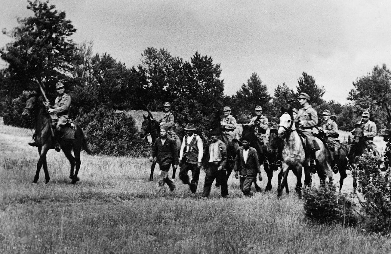 Des cosaques au service d'une unité de la police SS allemande ont chassé des suspects d'une forêt tout en recherchant des partisans.