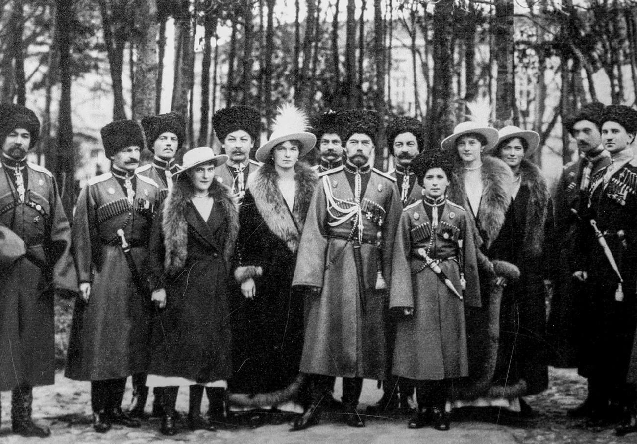 Николај Втори со членови на семејството и со кубањски Козаци