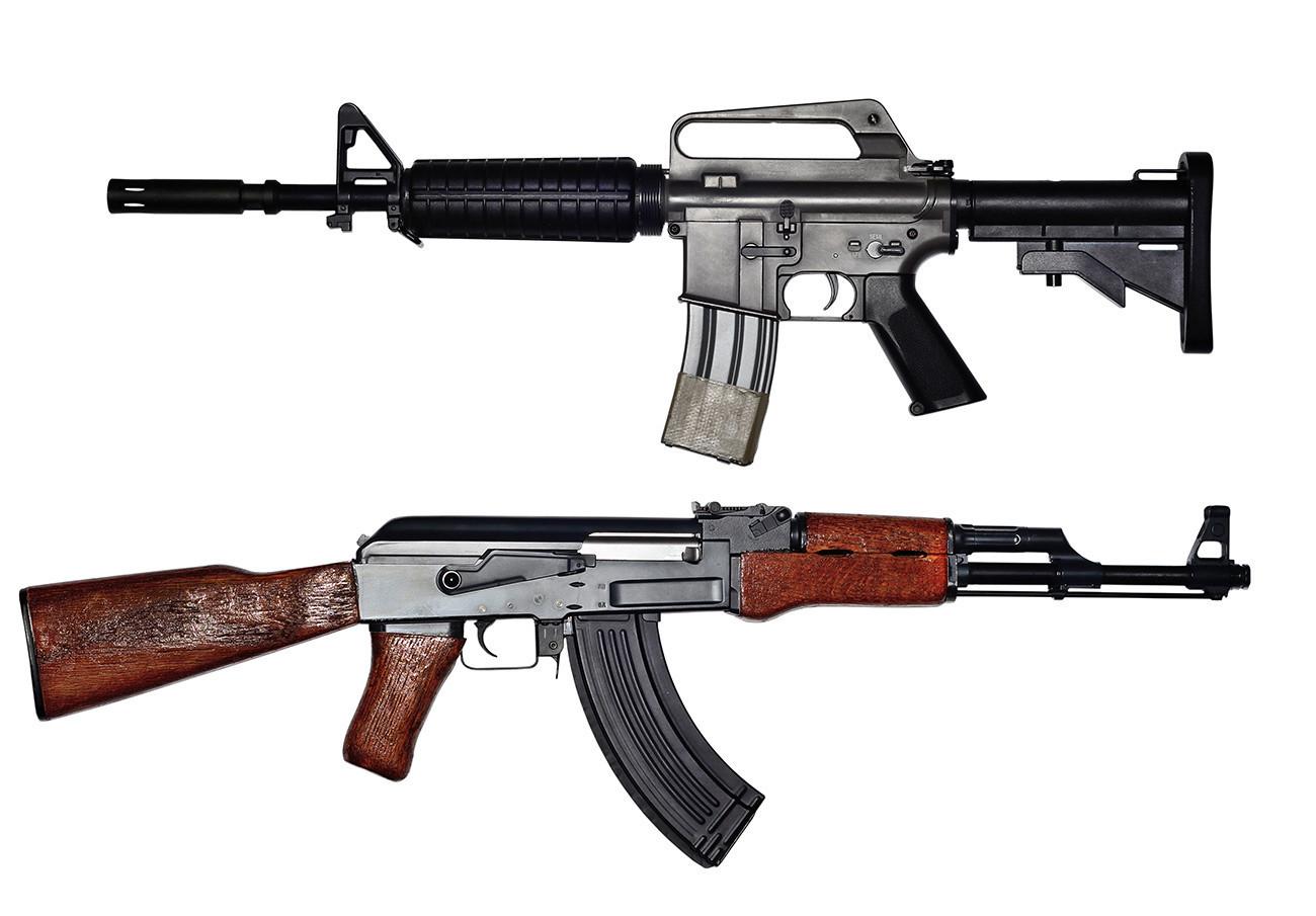 AK-47 (bawah) dan AR-15.