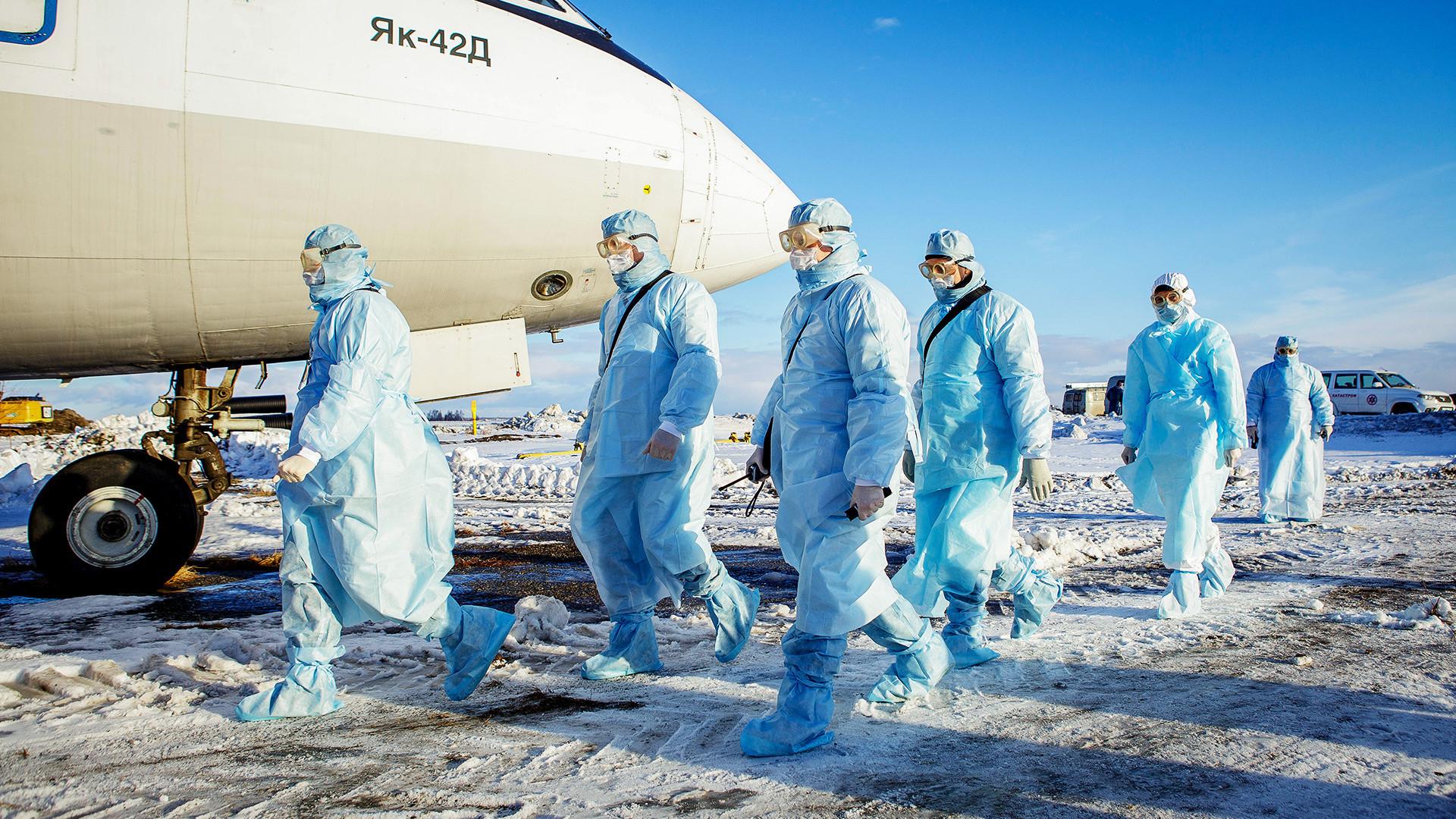 Treinamento para evacuação de passageiros suspeitos de infecção por coronavírus, no aeroporto de Tcheliábinsk