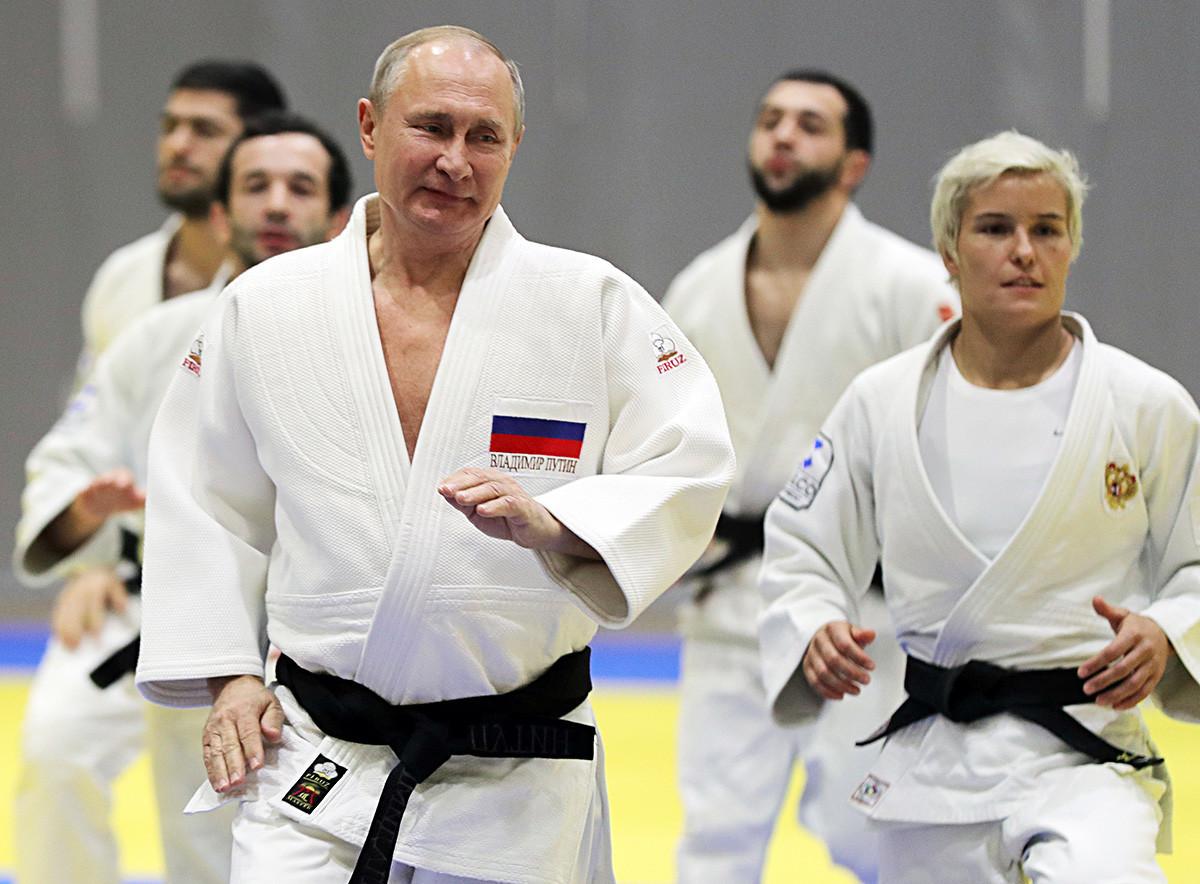 Владимир Путин на тренинг по џудо за време на посетата на спортскиот центар Југ-Спорт, 14 февруари 2019 година.